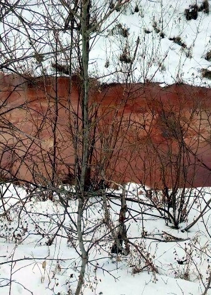 river turns bloody red in Siberia