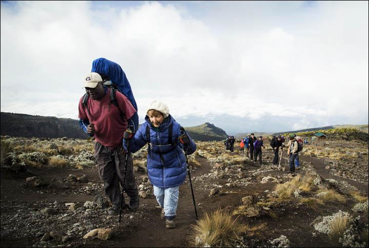 La dura scalata della donna siberiana verso la vetta del Kilimangiaro (siberiantimes.com)