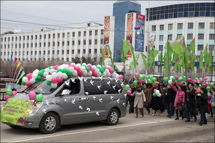 50,000 people march on the May Day parade in Yakutsk