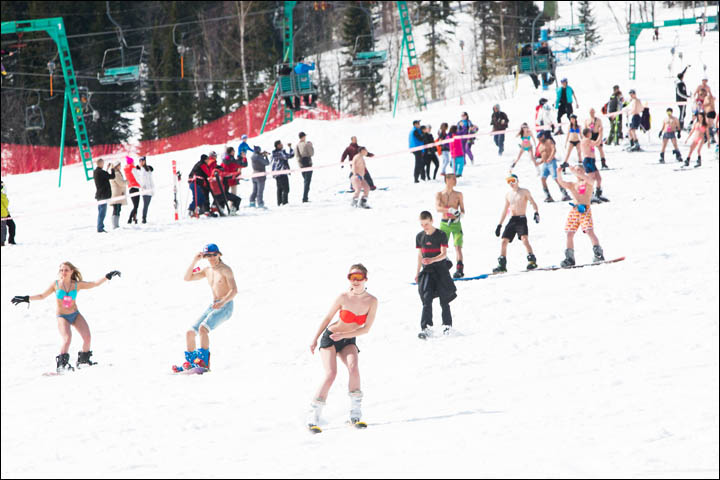 New world record for glamorous swimwear parade on skis and snowboardsNew world record for glamorous swimwear parade on skis and snowboards