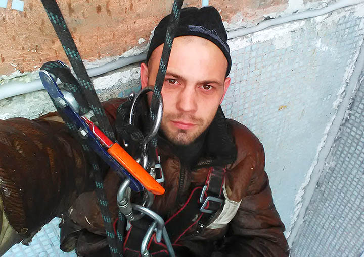 Industrial climber found frozen with icicles hanging from 3-storey block