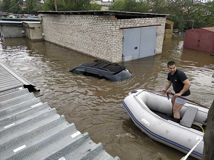 Attempt to rescue flooded cars