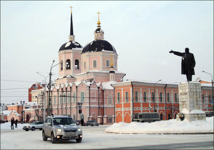 Lenin looks at Tomsk in winter