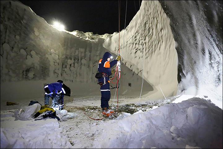 http://siberiantimes.com/PICTURES/SCIENCE/Yamal-crater-November-2014/inside%20landed%20best.jpg