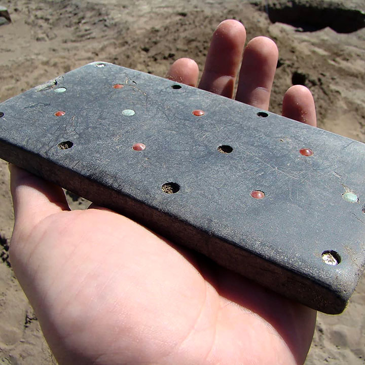 Archeologist in awe at 2,100 year old iPhone-like belt buckle unearthed in Atlantis grave in Tuva