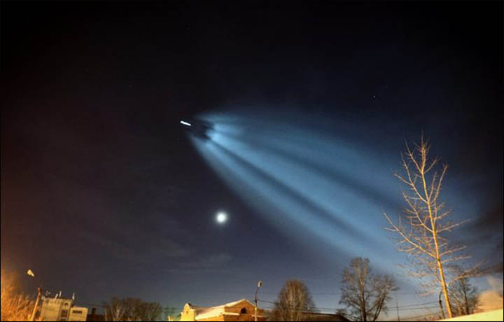 Amazing Light Show As Soyuz Rocket Takes British And Us