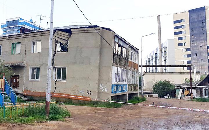 In Jakutsk, Russlands Permafrosthauptstadt, bricht ein zweistöckiges Wohngebäude auseinander